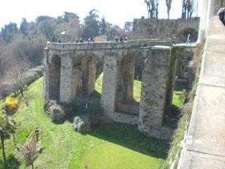 Один из каменных мостов, связывающий верхний и нижний город