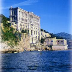 Музей океанографии высоким фасадом смотрит в море