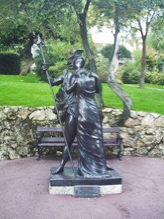Одна из многочисленных скульптур парка